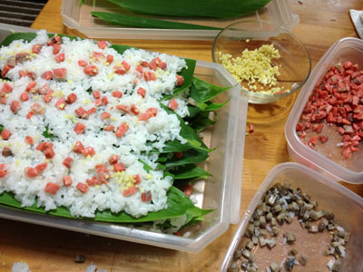 笹寿司調理中