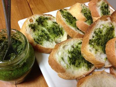 自家製バジルソースを使ったパン