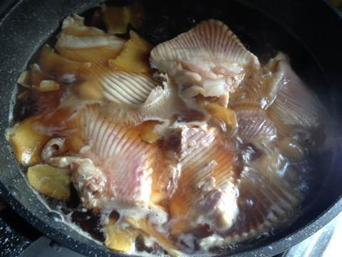 カスベの煮付け調理中2