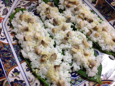 鮭と鰊でつくる笹寿司1