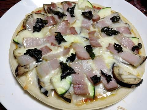 ナスとズッキーニとベーコンのピザ